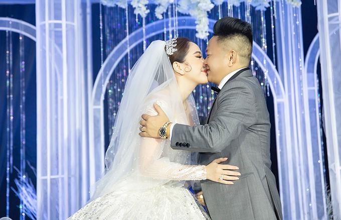 Vợ chồng Bảo Thy hôn nhau trong tiệc cưới. Ảnh: Vũ Huy Bình