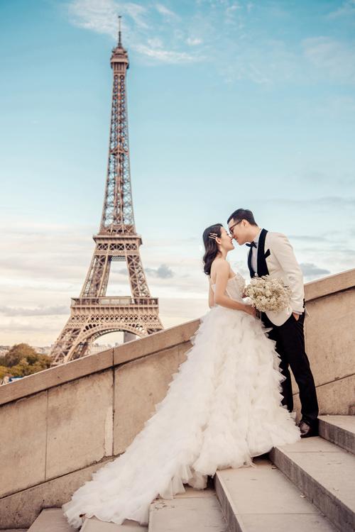 Đôi uyên ương đãchụp hình ở nhiều địa điểm nổi tiếng ở Paris. Cảnh quan, vẻ tráng lệ nơi kinh đô ánh sáng trở thành phông nền lãng mạn cho album cưới của Thu Hà - Việt Dũng.