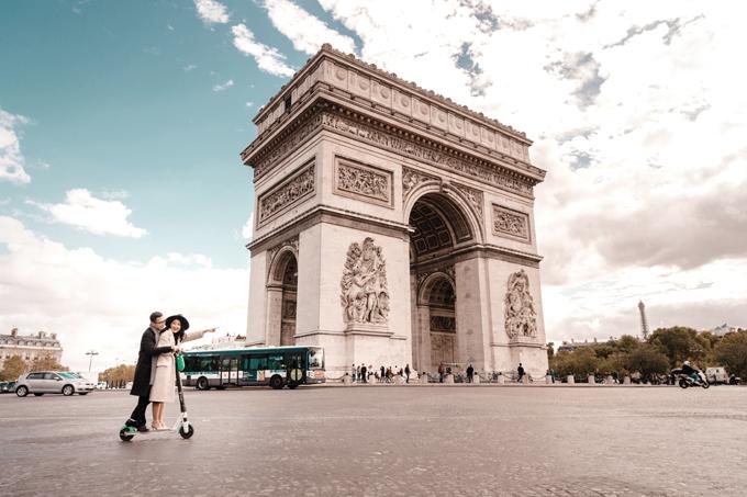 Ngoài những tấm hình diện lễ phục cưới, cặp vợ chồng còn diện thường phục khi cùng thăm thú cảnh đẹp ở Paris.