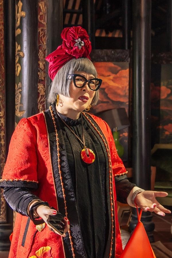 Điểm nhấn khác của bàlà mái tóc bạc được cắt theo style pop-art. Bà ăn mặc sặc sỡvàluôn đội khăn đội đầu turban cầu kỳ, ra dáng các quý bà thượng lưu phương Tây.