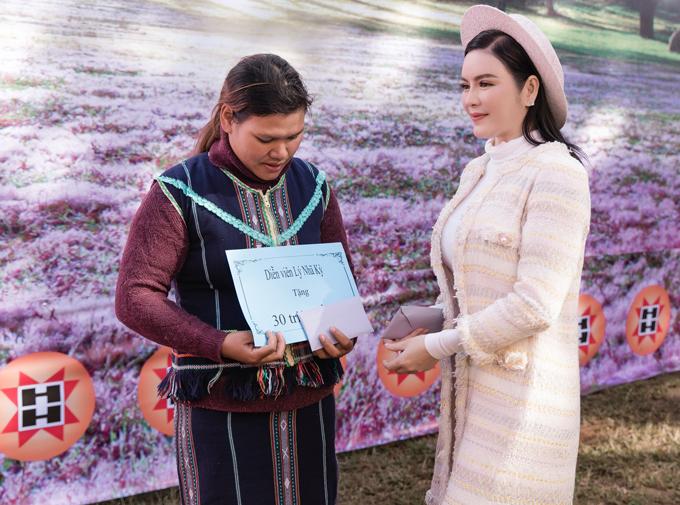 Người đẹp trao quà cho hai gia đình người dân tộc bị thiệt hại bởi trận bão vừa qua ở Đà Lạt. Mỗi gia đình được cô hỗ trợ 30 triệu đồng để sửa nhà.