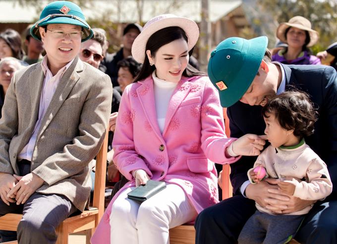 Lý Nhã Kỳ nựng má một em nhỏ khi dự buổi giao lưu, tìm hiểu về lễ cưới truyền thống của người dân tộc KHo.