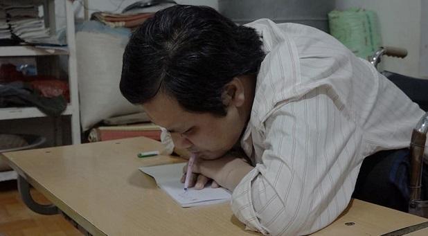 Những ngày đầu luyện chữ, có lần bút đâm vào miệng đến bật máu, nhưng anh không hề bỏ cuộc. Ảnh: Nguyễn Ngoan