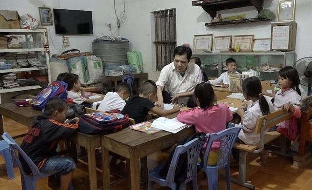 Nhắc đến lớp học của mình anh luôn tự hào vì có thể góp một phần sức lực để giúp các cháu học tốt hơn. Ảnh: Nguyễn Ngoan.
