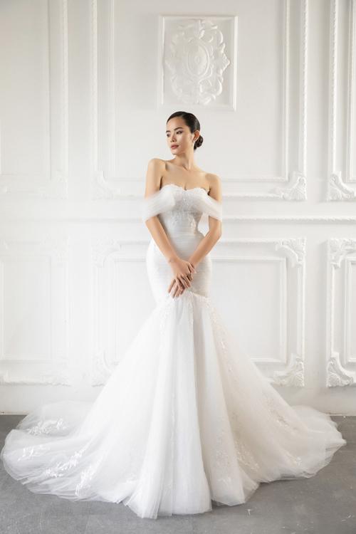 Váy Tim có phom dáng cúp ngực, tay áotrễtừ voan giúp cô dâu khoe khéo nước da trắng, bờ vaithon gầy. Ưu điểm của dáng váy cúp ngực là tạo hiệu ứngvòng một đầy đặn.