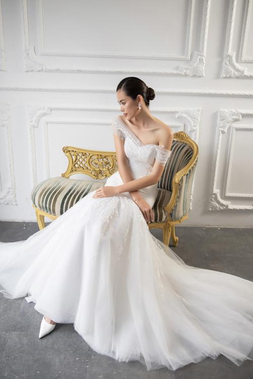 Sự phối hợp tinh tế giữa đường nét mềm mại từren Pháp cùng lớpvoan xếpbên trên mang lạihiệu ứng ẩn hiện được ưa chuộng trong thời trang cưới hiện đại.