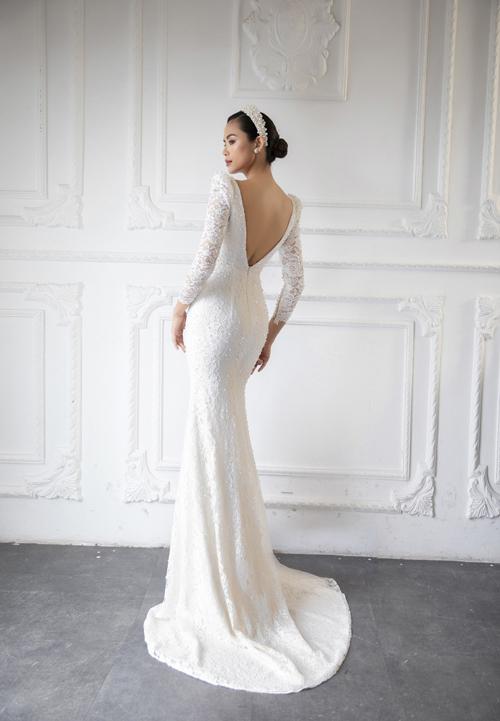 Thiết kế hở lưng tôn nét đẹp nước da khỏe khoắn của cô dâu, thể hiện vẻ gợi cảm của nàng dâu mới.