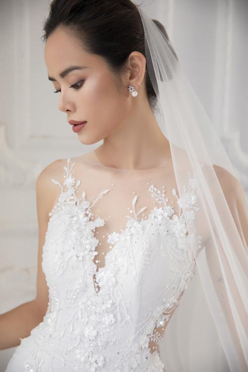 Để tăng hiệu ứng sân khấu, tấm váy cưới được đính kết nhiềuloại hạt bắt sáng.