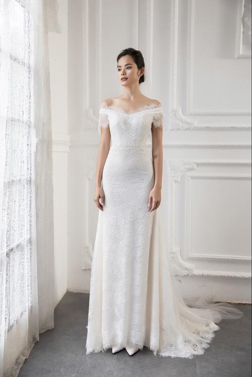 Điều mà Vĩnh Thụy nghĩ đến khi thiết kế bộ đầm tên Min là sự đơn giản, nhẹ nhàng và tôn dáng vóc cô dâu. Ren Pháp cũng là chất liệu chủ đạo ởthiết kế này, giúp cô dâu dễ dàng di chuyển.