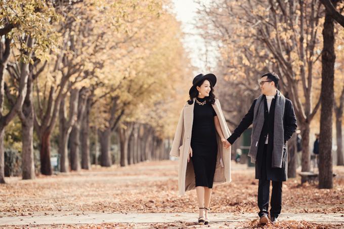 Bộ hình hướng tới phong cách tự nhiên, chân thực. Uyên ương tự do tản bộ dưới thảm lá vàng của trời thu Paris, trao nhau ánh nhìn trìu mến.
