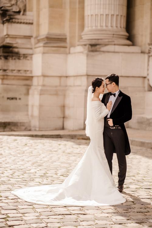 Thu Hà diện thêm thiết kế váy cưới sử dụng chất liệu vải mikado có độ dày, bề mặt bóng lì, giúp mẫu đầm cưới hướng tới vẻ đẹp cổ điển, thanh lịch.