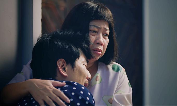Phi Phụng ôm Kiều Minh Tuấn khóc trong phim.