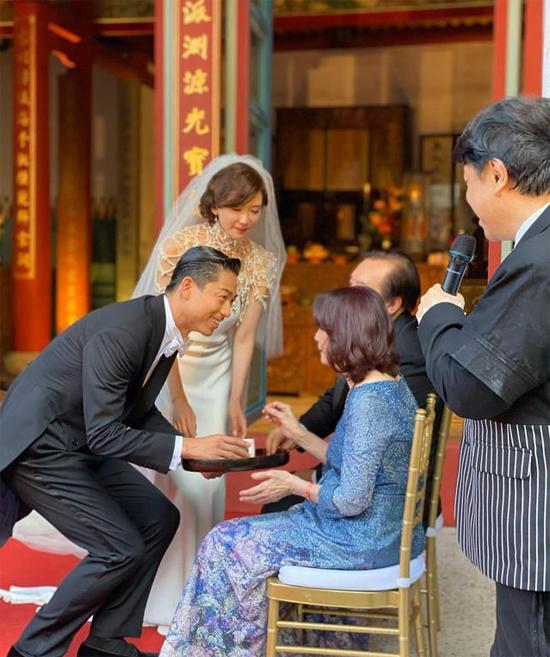 Cô dâu làm tóc, trang điểm theo phong cách cổ điển. Hai vợ chồng thực hiện nghi thức dâng trà cho tứ thân phụ mẫu.