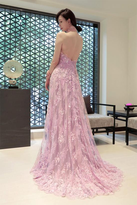 Cận cảnh chiếc váy điệu đà của cô dâu.