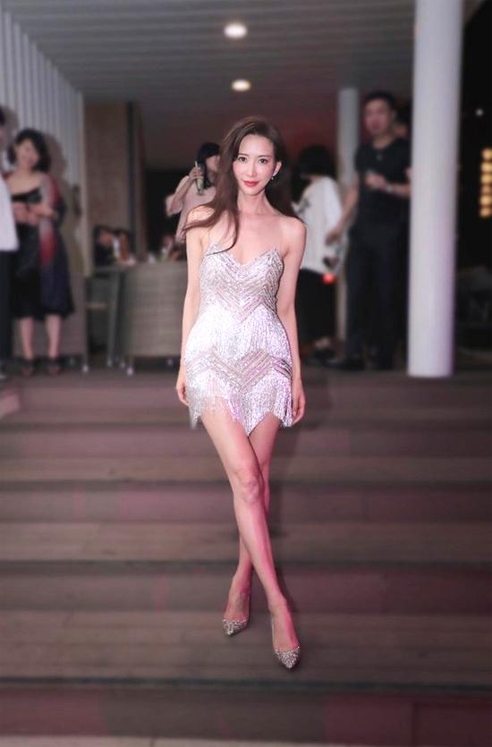 Cô mặc váy của thương hiệu NICOLE + FELICIA, đi giày Jimmy Choo trong bữa tiệc cưới. Trong tiệc đêm bên bể bơi với đông đảo bạn bè tham dự, cặp đôi cùng mọi người đã quẩy tưng bừng, cô dâu còn xông tới lột áo chú rể và cùng nhảy.