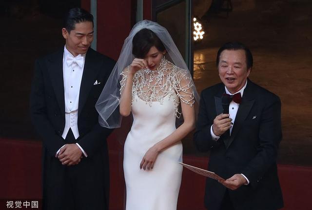 Chiếc váy giúp che khéo vòng một gợi cảm của bom sex Đài Loan.
