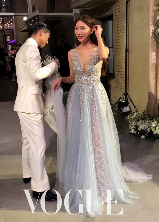 Đầu giờ tối, đôi vợ chồng thay bộ trang phục thứ ba để đón khách tại Bảo tàngNghệ thuật Đài Nam - nơi tổ chức cưới.