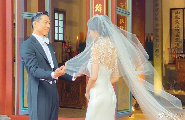 Đám cưới Lâm Chí Linh diễn ra chiều 17/11 tại quê nhà cô dâu ở Đài Nam, Đài Loan. Sau khi được bố đưa ra khỏi khách sạn, Lâm Chí Linh cùng ông xã tới Đại Miếuhọ Ngô, nơi tổ chức nghi lễ cưới truyền thống. Trong khoảnh khắc trọng đại, cô mặc váy cưới hiện đại, phần thân trên phủ nhiều hạt ngọc trai lấp lánh.