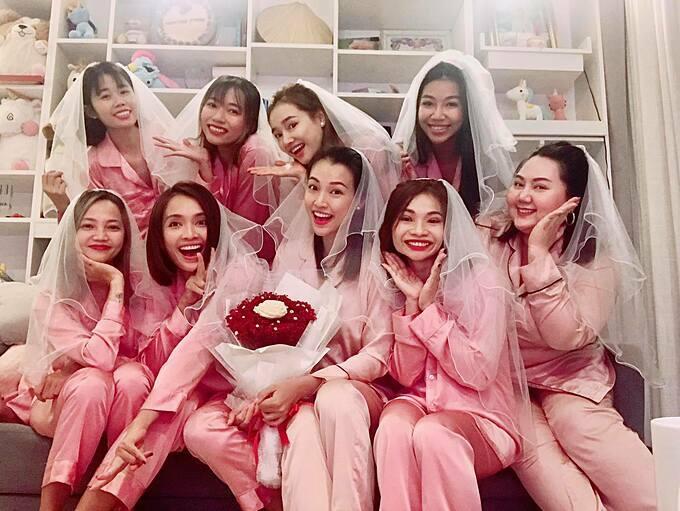 Hoàng Oanh bên hội bạn thân trong tiệc độc thân.