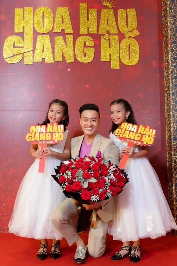Lương Mạnh Hải bên hai sao nhí Anh Thy - Bảo Thy tại sự kiện ra mắt phim.