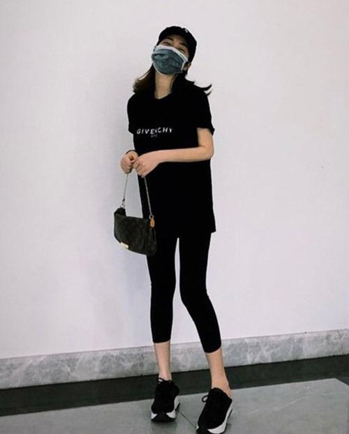 Hòa Minzy đăng khoảnh khắc vui vẻ, diện trang phục giản dị xuống phố. Vóc dáng của cô cũng thon gọn giữa tin đồn mới sinh con.