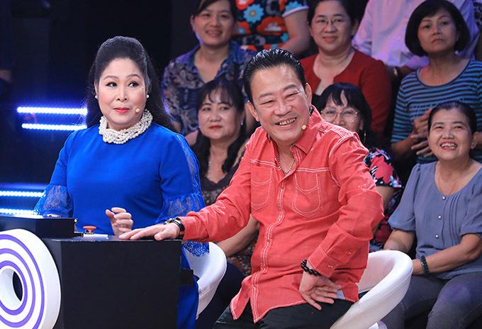 Hồng Vân và nhạc sĩ Lê Quang thích thú khi xem lại những thước phim Diễm Hương từng đóng.