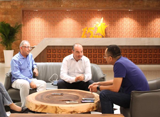 Ông Alberto Frigerio (áo trắng)- CEO Mathey-Tissotấn tượng với tốc độ tăng trưởng của ngành hàng đồng hồ Thế Giới Di Động.