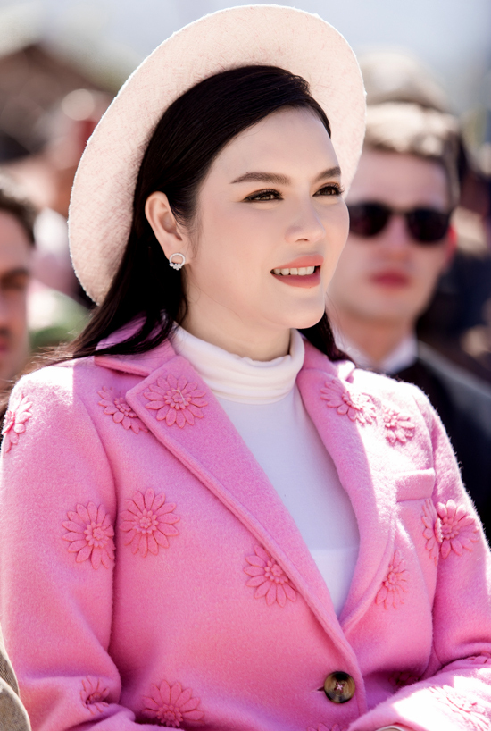 Cựu Đại sứ Du lịch nổi bật với áo vest hàng hiệu màu hồng rực rỡ.