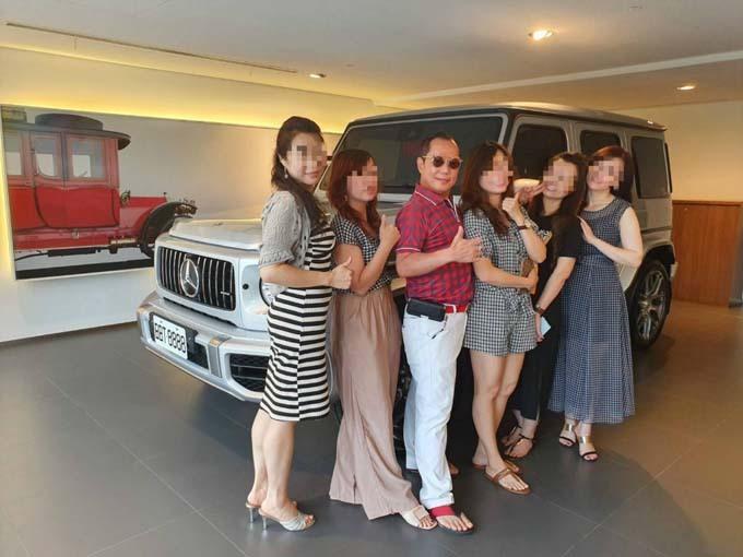 Hu tự hào chụp ảnh bên 5 trong số những người vợ và nhân tình của mình. Ảnh: Taiwannews.