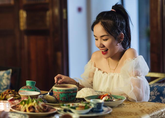Nữ ca sĩ thích thú nếm thử các món ăn đặc trưng của Malaysia.