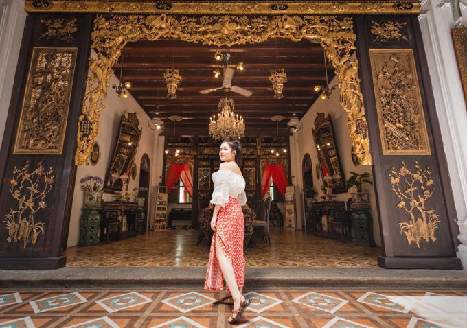 [Caption] Không nằm ngoài xu hướng đầu tư khủng cho MV, Phương Ly cũng thể hiện độ chịu chơi cho bằng chị bằng em trong sản phẩm lần này. Cô nàng đã du lịch đến Malaysia và check-in đến những địa điểm nổi tiếng hàng đầu của quốc gia này như: nhà cổ Pinang Peranakan Mansion, đền Cheah Kongsi, đồi Habitat Penang, con đường nghệ thuật Jalan Alor Street Art, khu mua sắm sầm uất Bukit Bintang ở Kuala Lumpur, đảo ngọc Pulau Pesar – Johor Bahru... Những không gian mang trong mình nét cổ kính của thời gian, vừa mang nét hiện đại của đô thị đang phát triển và đặc biệt qua tiếp xúc với những người dân bản địa thân thiện giúp Phương Ly có được cảm nhận tường tận về vẻ đẹp của Malaysia.
