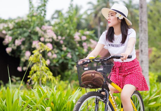 [Caption] Để câu chuyện trở nên mượt mà, Phương Ly vào vai một cô nàng đang phân vân chọn một chuyến du lịch nước ngoài. Một đồng nghiệp đã gợi ý Phương Ly đến Malaysia. Với tinh thần tuổi trẻ mà, cứ quyết thì làm thôi, cả hai xách balo lên đường. Tại vùng đất này, họ được hoà mình với thiên nhiên, thả hồn theo những cảnh sắc tuyệt đẹp và được trải nghiệm nền ẩm thực phong phú của Malaysia. Đặc biệt, cô gái trẻ của chúng ta lại say một ánh mắt trong giây phút gặp gỡ bất ngờ. Ở phút ban đầu, cô gái vẫn còn nguyên sự khép kín cố hữu của mình trong các cuộc tiếp xúc nhưng rồi sau đó, cô đã mở lòng hơn. Cô và chàng trai mới gặp đã có một cuộc thư giãn hết mình và sảng khoái. Từ lời bài hát đến nhịp điệu giục giã, vui tươi của thể loại tropical cho đến nội dung MV, nhạc sĩ Kai Đinh và Phương Ly muốn gửi đến thông điệp: Cứ đi thôi! Đi để hiểu thấu chính mình qua mỗi hành trình!