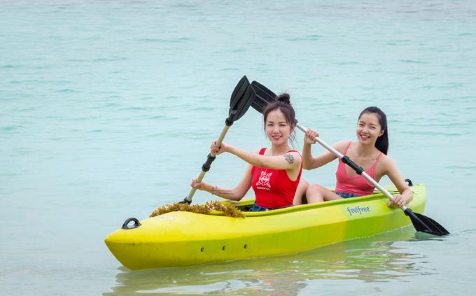 Phương Ly và bạn trải nghiệm chèo thuyền thư giãn trên bãi biển Johor Bahru.