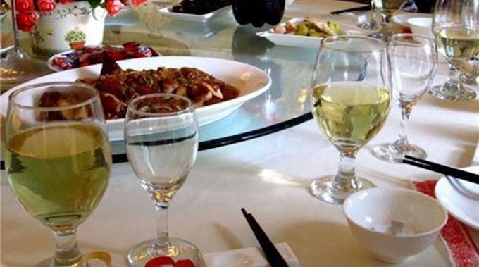 Rượu pha rượu công nghiệp được dùng trong tiệc cưới ở tỉnh Vân Nam, Trung Quốc tuần trước. Ảnh: Weibo.