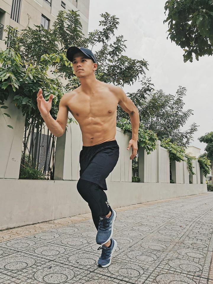 Khoe cơ bụng 6 múi khi tập thể thao, Trọng Hiếu Idol vẫn không quên thả thính: Em có thể chạy theo anh không?.