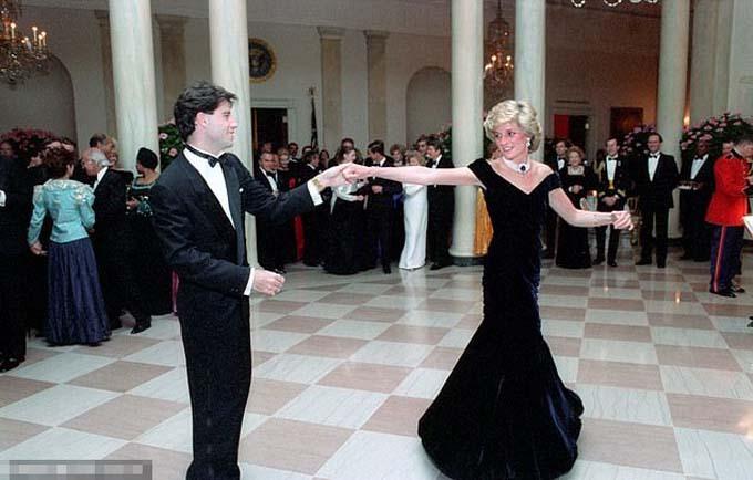 Bà Diana diện chiếc đầm lần đầu năm 1985 khi khiêu vũ với John Travolta ở Nhà Trắng. Ảnh: Rex.