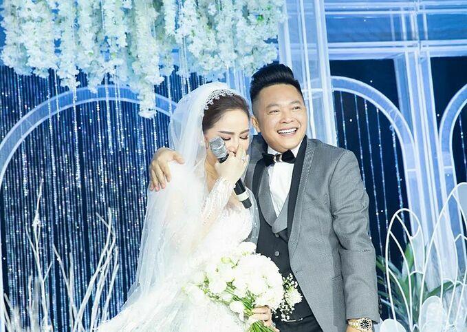 Bảo Thy xúc độngbên ông xã Phan Lĩnh trong đám cưới.