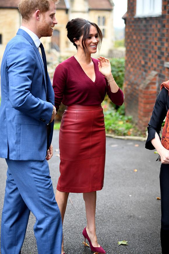 Tham gia hội nghị bàn tròn về bình đẳng giới tại lâu đài Windsor hôm 25/10, Meghan xuất hiện rực rỡ với nguyên cây đỏ gồm áo len cổ chữ V, chân váy da và giày da lộn mũi nhọn.