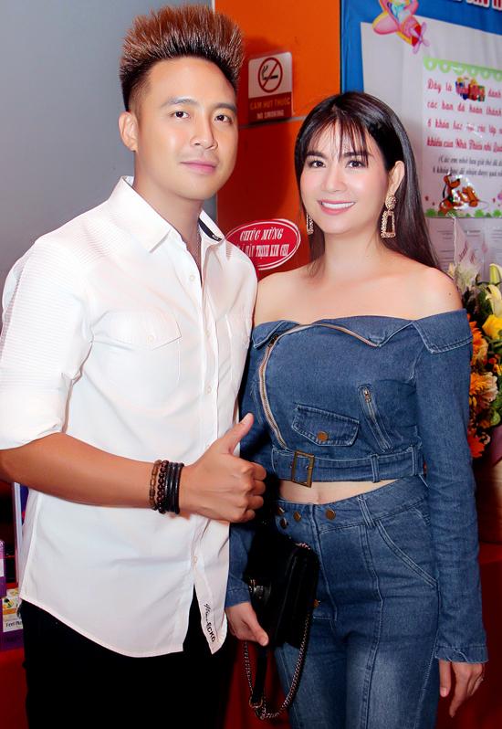 Kha Ly khoe vai trần khi diện cây jeans đi sự kiện cùng ông xã Thanh Duy.