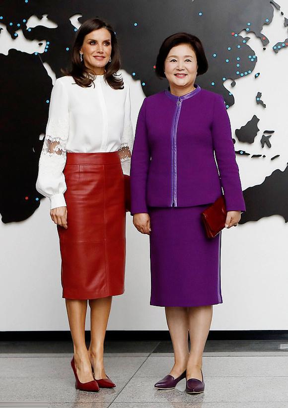 Điều trùng hợp là chỉ trước đó một ngày, Hoàng hậu Letizia của  Tây Ban Nha cũng mặc đúng thiết kế váy này khi gặp gỡ phu nhân Tổng thống Hàn Quốc Moon Jae-in tại xứ sở kim chi.