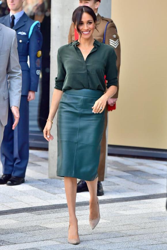 Vợ Hoàng tử Harry yêu thích sản phẩm giá 369 bảng Anh của thương hiệu Hugo Boss tới mức sắm thêm một chiếc màu xanh cổ vịt. Cô diện món đồ này trong chuyến thăm Sussex lần đầu tiên sau đám cưới, 3/10/2018.