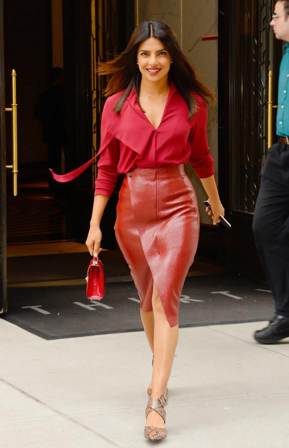 Bạn thân của Meghan - Hoa hậu Thế giới 2000 Priyanka Chopra - cũng từng kết hợp trang phục ton-sur-ton đỏ xuống phố. Sơ mi mềm mại và chân váy da vạt đắp mang đến cho vợ ca sĩ Nick Jonas vẻ thanh lịch, hiện đại.