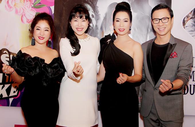 Nghệ sĩ hài Thúy Nga (ngoài cùng bên trái) diện váy đen trễ vai, đọ vẻ gợi cảm với chủ nhân sự kiện.
