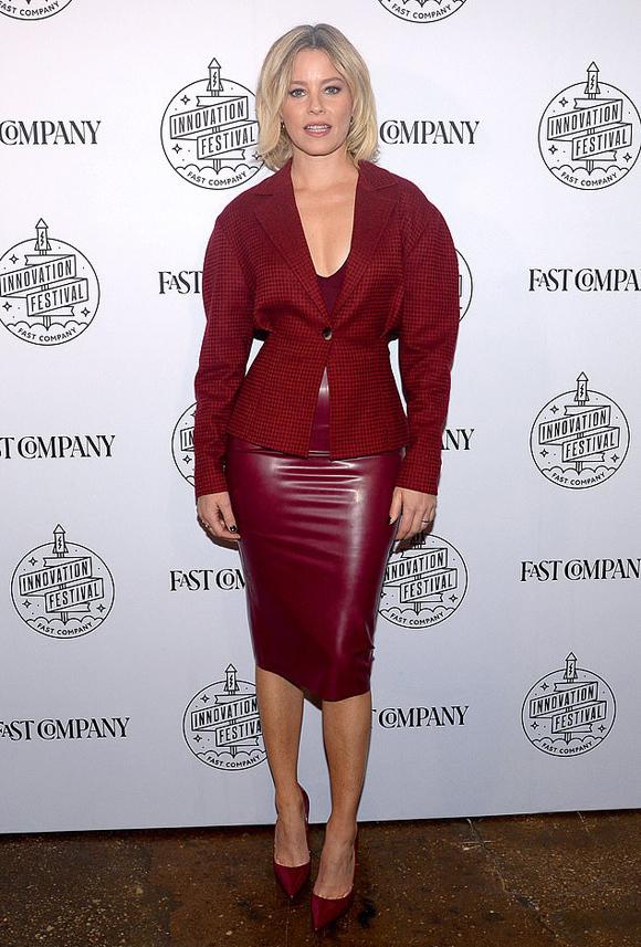 Để phù hợp thảm đỏ, diễn viên Những thiên thần của Charlie Elizabeth Banks mặc kèm blazer tay phồng, chiết eo khéo léo.
