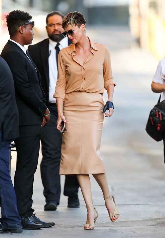 Chị đẹp Charlize Theron chọn màu camel chủ đạo khi phối đồ tham dự chương trình Jimmy Kimmel Live.