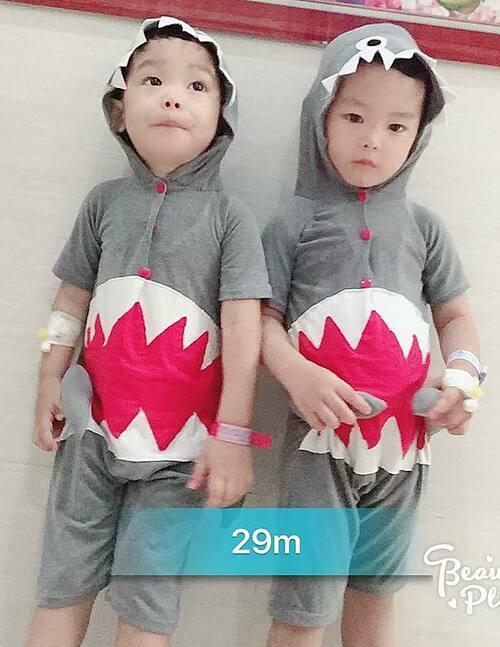 Hai anh em sinh đôi Bảo Long - Bảo Phong vô cùng thân thiết, làm gì cũng muốn giống nhau, từ chuyện quần áo đến đồ chơi, thói quen, tính cách.