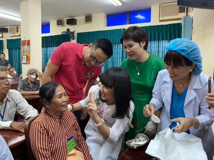 Việt Trinh cùng các mạnh thường quân và bác sĩ bên bệnh nhân mới mổ xong.