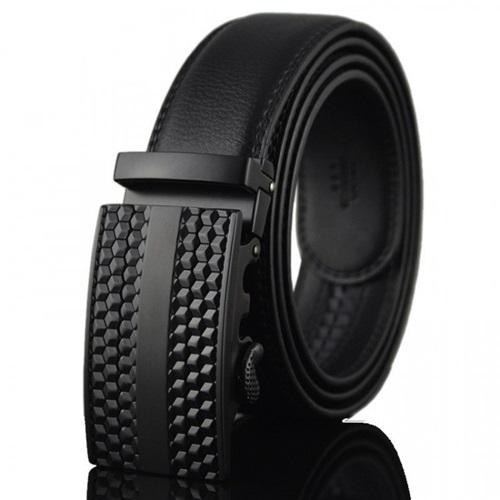 Thắt lưng nam Avaka AV123 có mặt khóa phong cách hình răng cưa, dây bền chắc. Các chàng có thể chọn tông đen hoặc nâu khi phối đồ đi chơi, dự tiệc, đi làm hoặc dạo phố. Sản phẩm đang có giá 199.000 đồng.