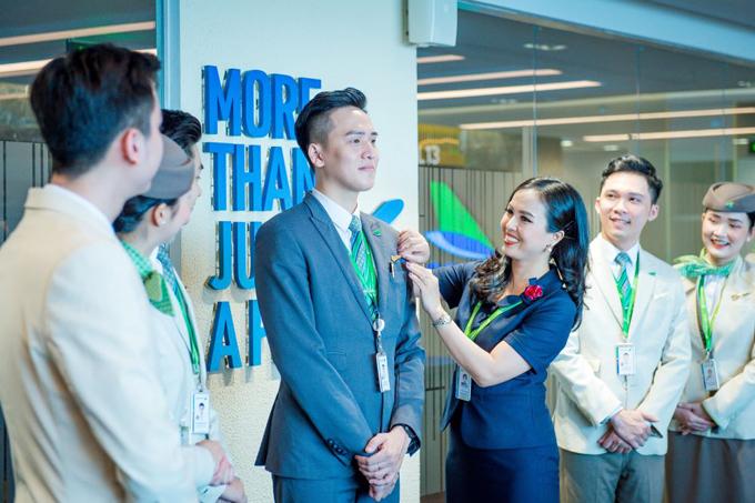 Giây phút thiêng liêng khi được gắn huy hiệu cánh bay lên ngực trái của tiếp viên hàng không Bamboo Airways.