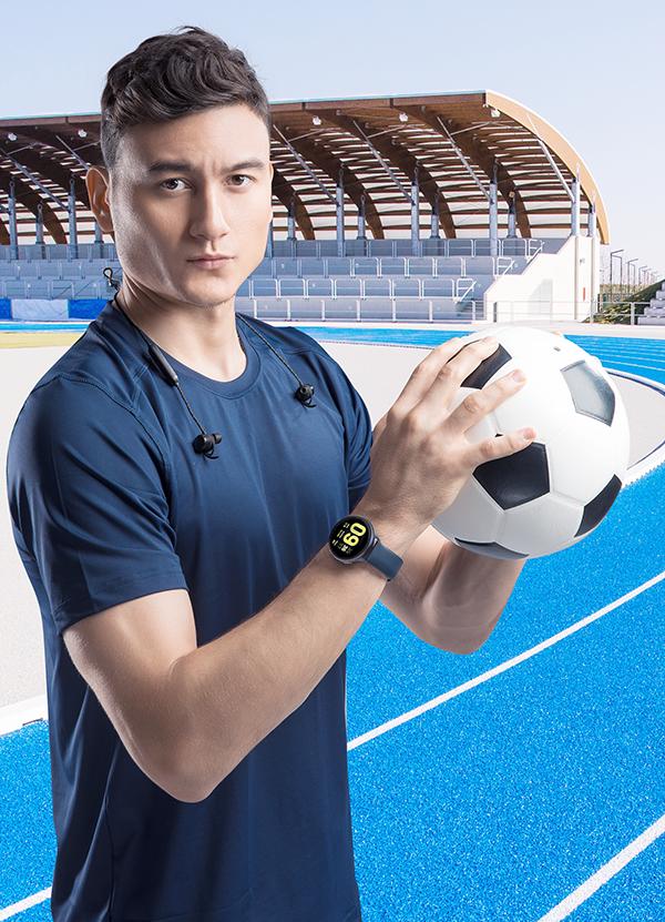 Với tai nghe bluetooth, Đặng Văn Lâm có thể nghe rõ hướng dẫn cách chạy để tập luyện hiệu quả hơn.